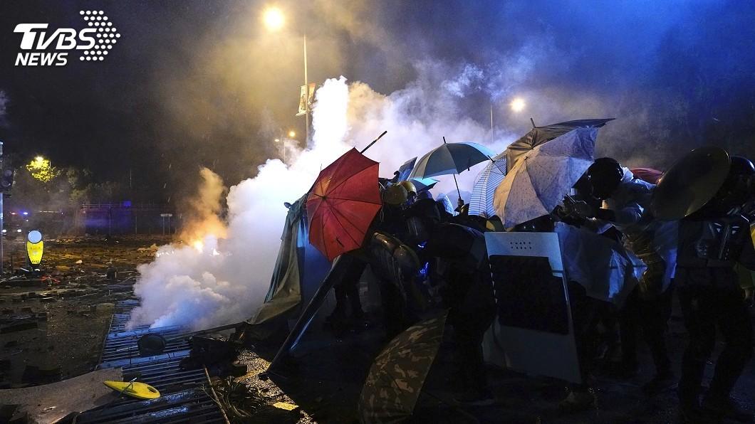 圖/達志影像美聯社 香港理大警民對峙 示威者不懼實彈:要奮戰到底