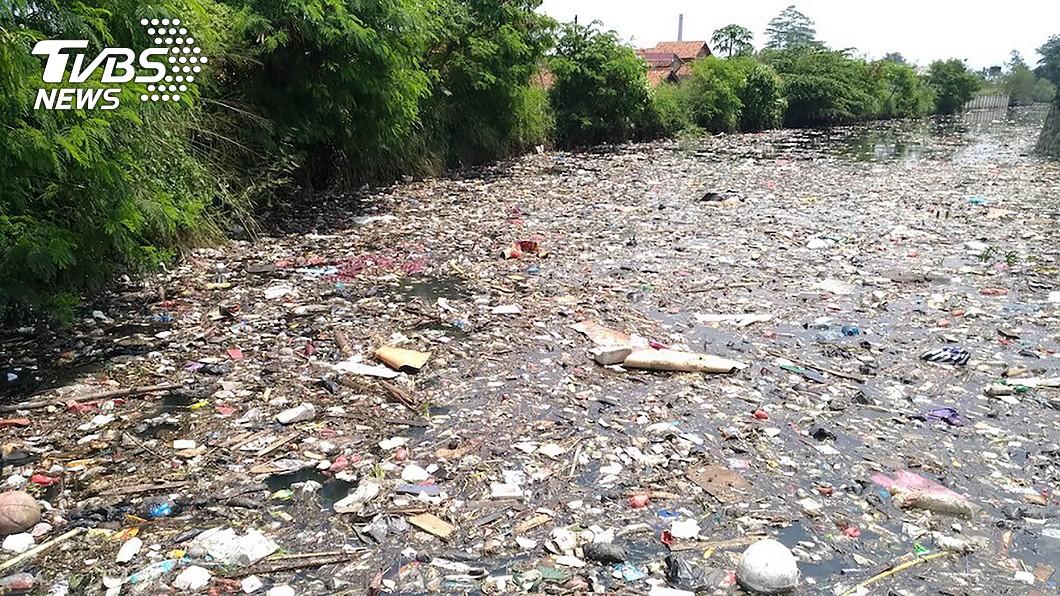 印尼西爪哇最長的西大魯河2年前被稱為是世界最髒的河流,印尼動員國軍整治,目前在西爪哇省萬隆縣境內的部分上游河段已經見不到大量漂浮水面的垃圾。(圖/中央社) 世界最髒河水可飲用 印尼拚2025乾淨家園