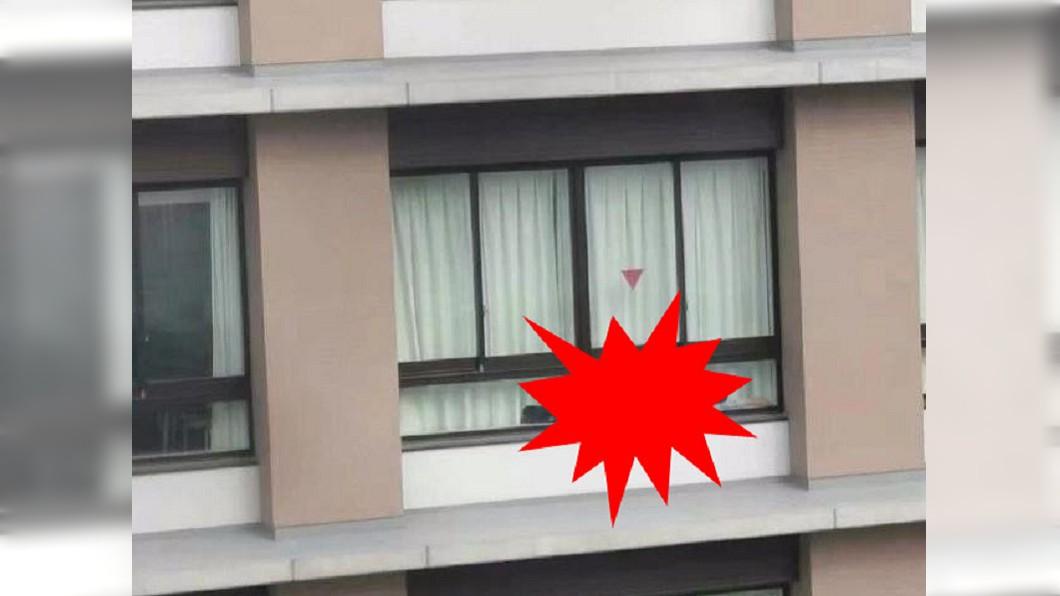 網友在窗邊驚見男人。圖/翻攝自爆廢公社 在玩躲貓貓? 高樓落地窗邊驚見橫躺「男人」