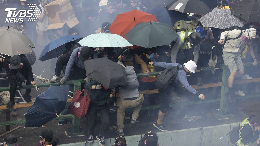 圖/達志影像美聯社 港理大示威者吊繩跳馬路逃離 民眾接應遭警攻擊