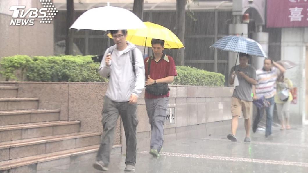 (示意圖,與本事件人物無關。圖/TVBS) 北台灣掉8度「連雨2天」 228連假天氣曝光
