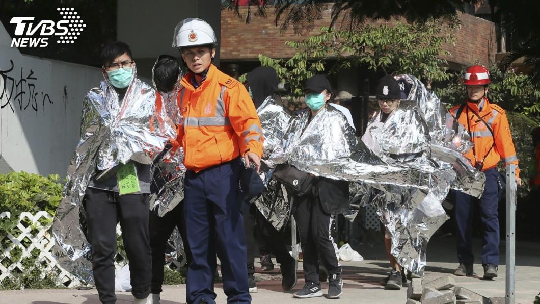 圖/達志影像美聯社 港警圍堵理大逼降示威者 已有600人走出校園