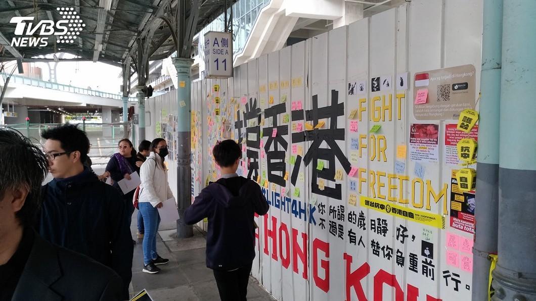 圖/中央社 民團齊聚台中火車站連儂牆 呼籲挺香港孩子