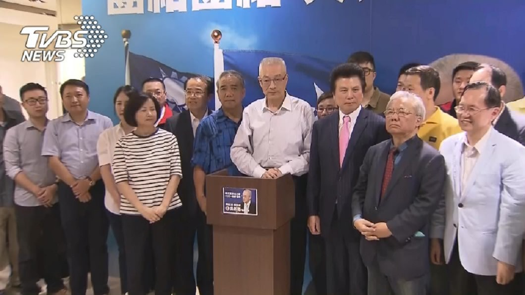 被列為國民黨不分區名單的中常委范成連(前排右三),主動宣布退出這次提名名單。(圖/TVBS) 被爆花錢買千名「人頭黨員」 范成連退出藍不分區