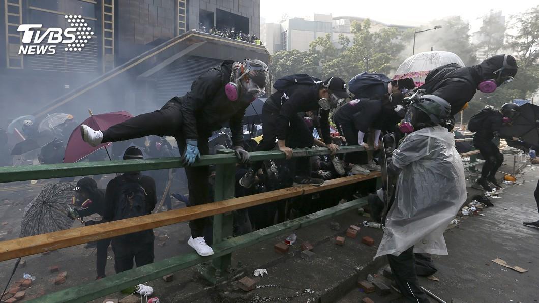 圖/達志影像美聯社 天橋垂降、機車突圍 理大示威者絕地大逃亡