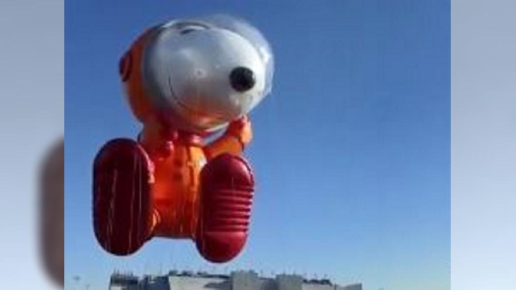 圖/翻攝自北美新浪微博 感恩節梅西遊行將登場 史努比氣球吸睛