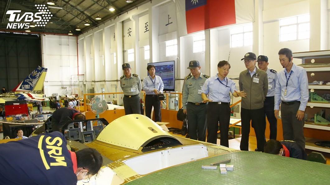 圖/國防部提供 嚴德發赴漢翔 視察新式高教機及F-16構改案