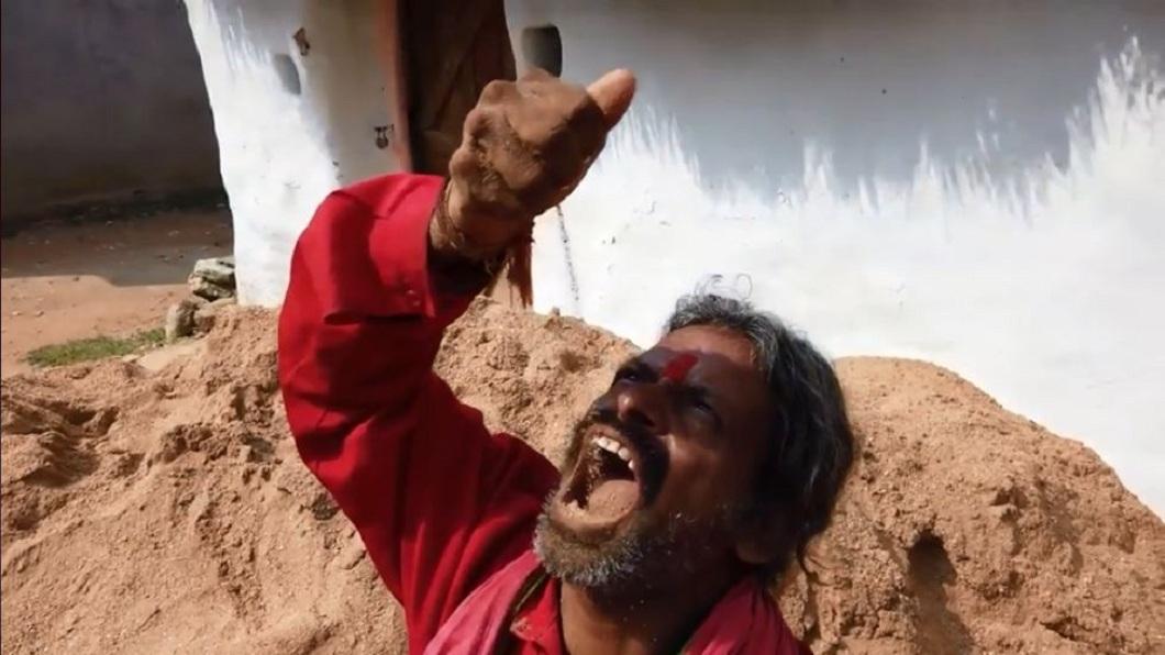 印度1名神人竟然每天吃土1公斤,還連續吃了20年。(圖/翻攝自臉書粉絲團) 真的「吃土」!連嗑20年每天1公斤 神人:當正餐吃