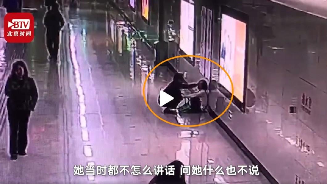 圖/翻攝自北京時間 連續加班壓力大 婦被摸頭崩潰:在家哭怕嚇到女兒