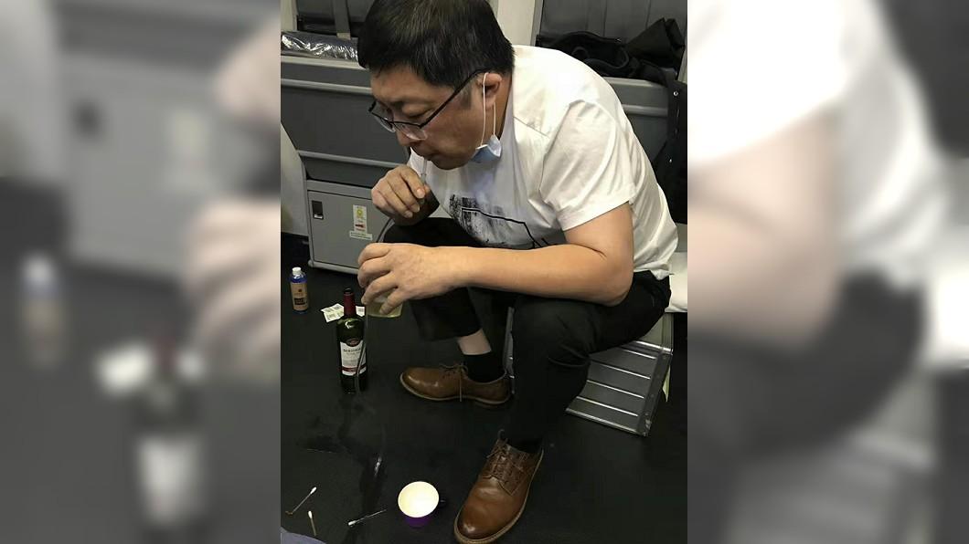 圖/翻攝自澎湃新聞 老人搭機尿不出!醫「用嘴吸尿」37分鐘 感動網友
