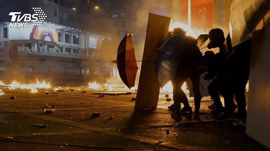 圖/達志影像美聯社 夫遭示威者點火燒傷 妻哽咽譴責沒人性
