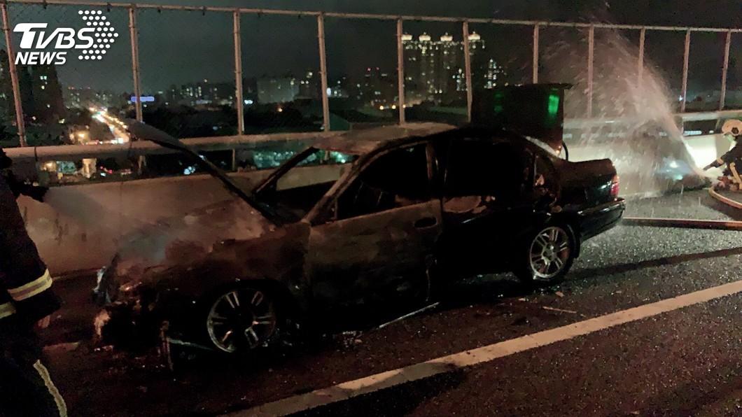 圖/TVBS 快訊/嚇!國道1號火燒車 男停路肩逃、無人傷
