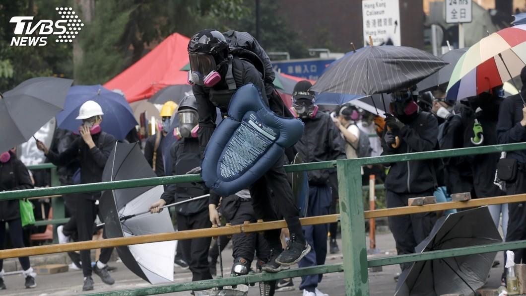 圖/達志影像美聯社 15名港人發起絕食 籲警和平解決理大事件