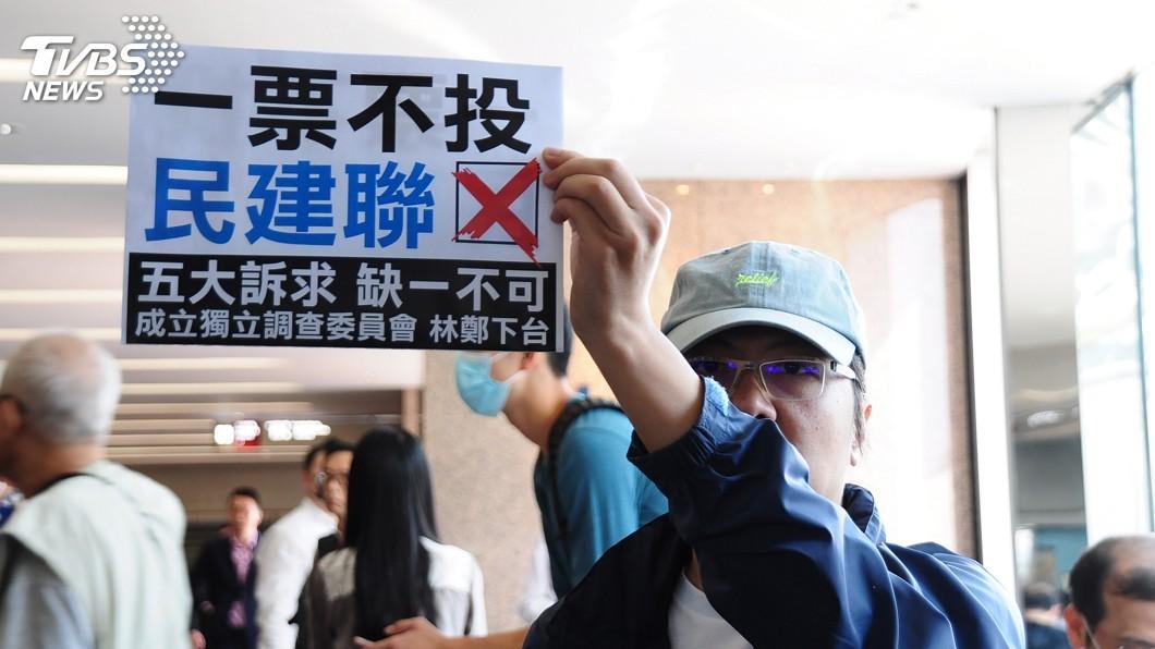 圖/中央社 區議會選舉前最後上班日 港示威者高喊去投票