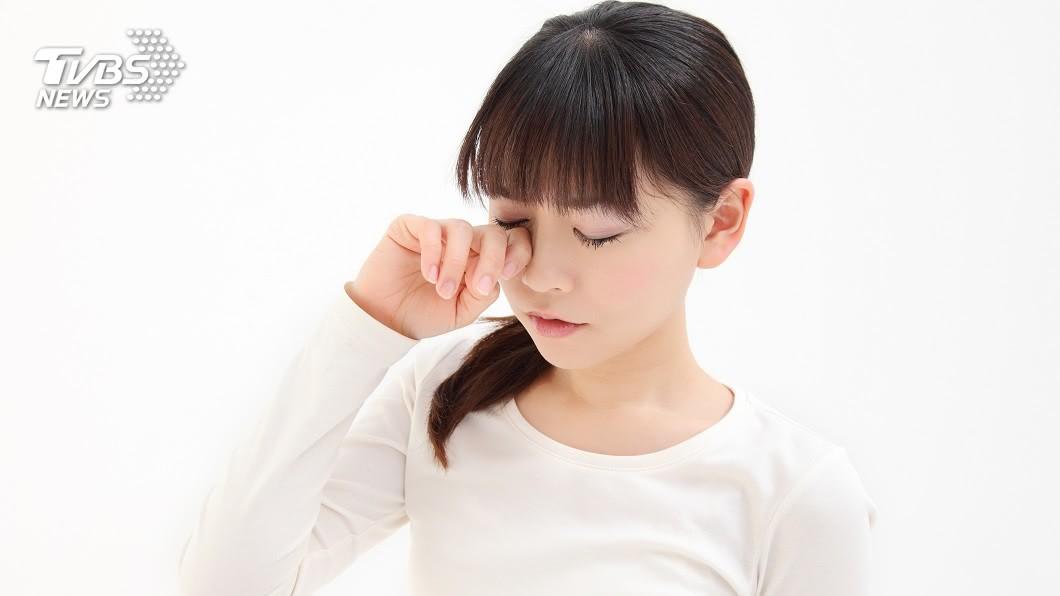 台南市1名男深夜在路邊看到1名正妹哭泣,幫對方擦拭眼淚還擁抱安慰,結果事後被提告。(示意圖/TVBS) 妹子深夜路邊大哭…男幫拭淚抱抱安慰 下場超悽慘