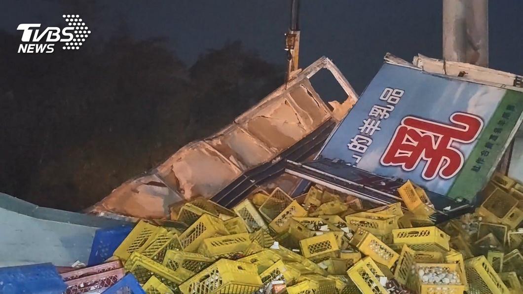 圖/TVBS 貨櫃車追撞計程車 國道灑1800箱羊奶