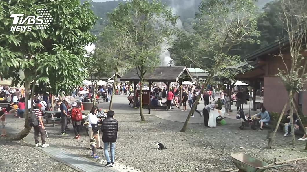 遊客塞爆宜蘭 抹茶山、清水地熱流量管制