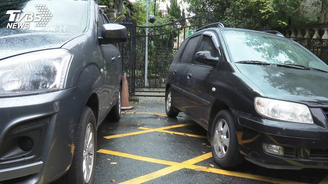 對於許多開車族而言,外出之後要找停車位真的是件麻煩事。(示意圖/TVBS) 停車請留電話!車主照做屋主看傻 網笑:他沒錯啊