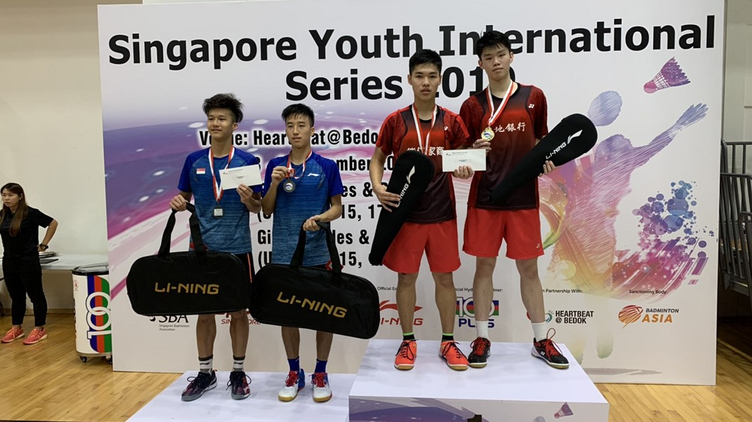 2019新加坡青少年國際羽球系列賽決賽,台灣選手在U19男雙表現亮眼,土地銀行廖倬甫(右1)與盧煒璿(右2)拿下金牌。圖/教練提供 新加坡青少年國際羽球賽 台選手奪3金2銀