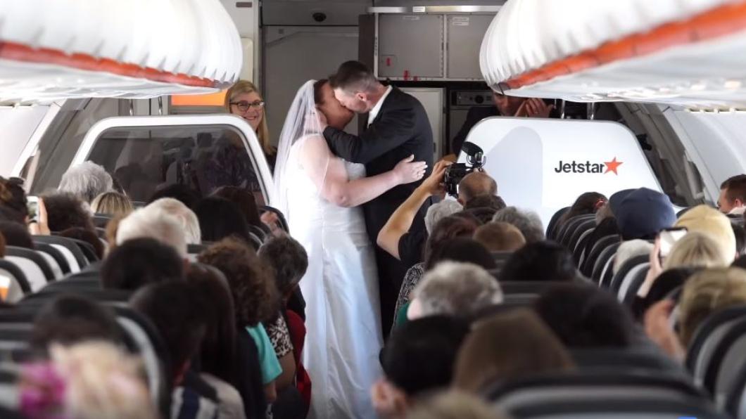 圖/翻攝自Jetstar Australia臉書 一萬公尺高空結為夫妻 超夢幻空中婚禮曝光