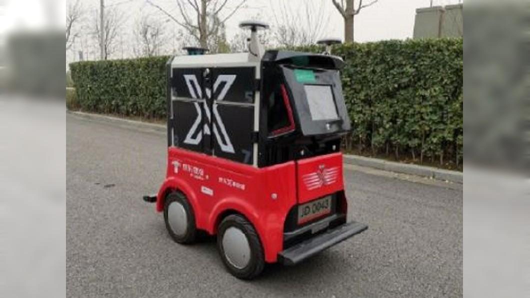 圖/翻攝自奥卡姆剃刀 微博 聯邦快遞機器人送貨 一上路立刻被取締