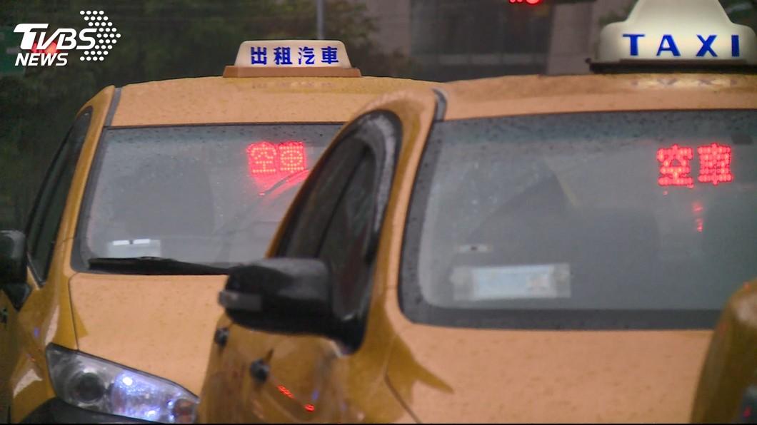 台灣的街道幾乎隨處可見計程車在路上跑。(示意圖/TVBS) 阿伯雨中招計程車…7輛經過都不載 她嘆冷漠網揭真相