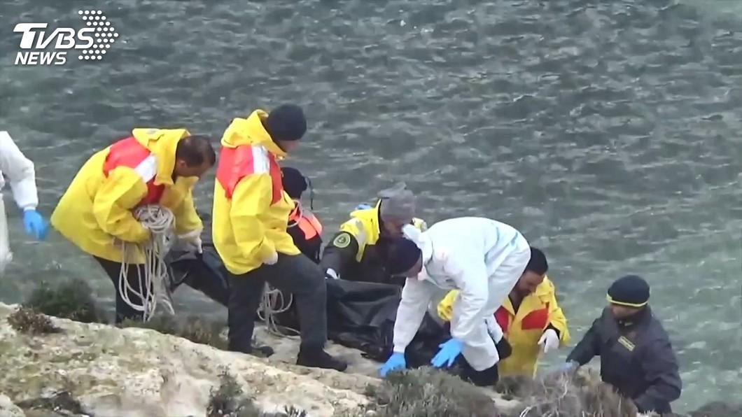 圖/TVBS 義大利外海難民船翻 驚險救援畫面首曝光