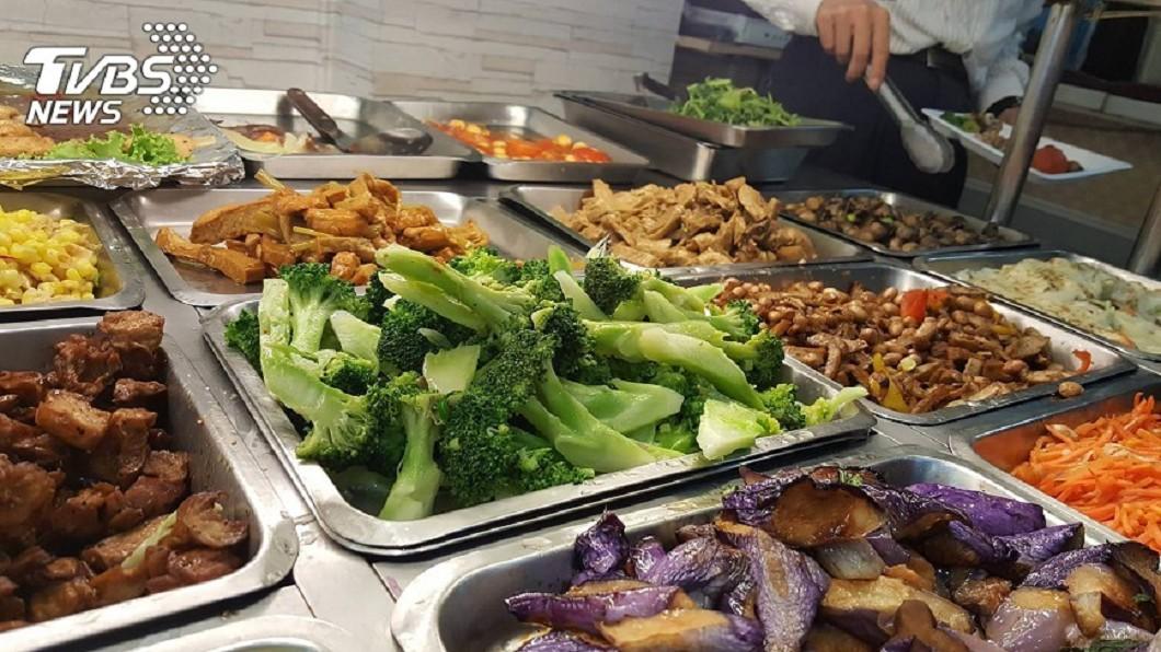自助餐有各式各樣的菜色。示意圖/TVBS 大叔愛吃炸魚排「健康亮紅燈」 控訴自助餐店:你們的錯
