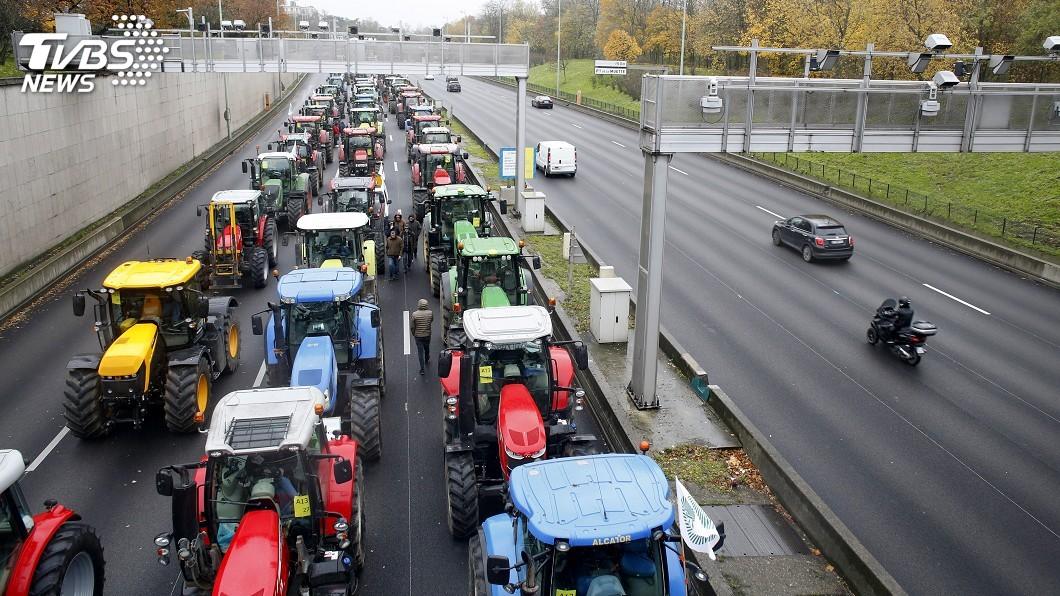 圖/達志影像美聯社 法國農民抗議生計受損 千輛牽引機駛進巴黎堵路