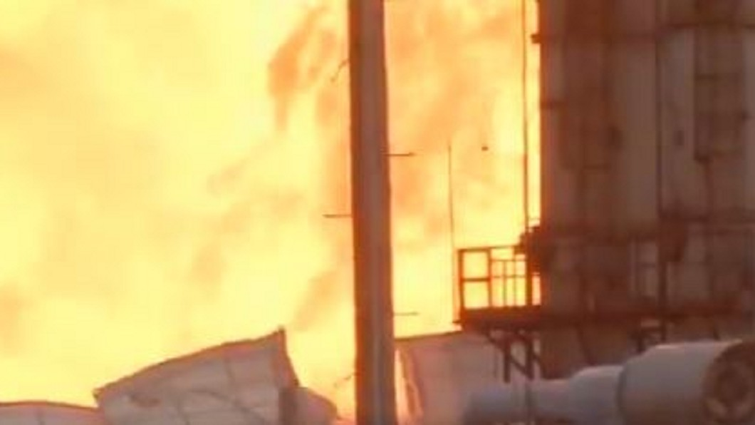 圖/翻攝自Rusty Surette推特 化學工廠暗夜爆炸 附近民宅玻璃遭震破
