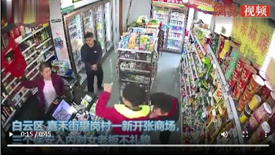 起先女店員作勢丟椅子,但3名男子仍持續騷擾 (圖/翻攝自網易) 熟客言語性騷擾 店員「氣丟剪刀」刺中太陽穴
