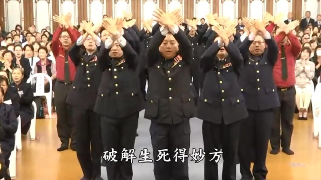 高階警官宣揚佛法引發熱議。圖/翻攝自YouTube 高階警官「宣揚佛法」 穿制服跳舞惹爭議