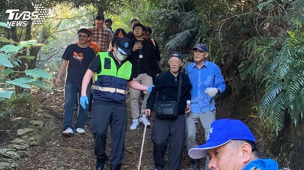 圖/中央社(翻攝畫面) 98歲退役少將山區走失 外套+薄雨衣度過2晚獲救
