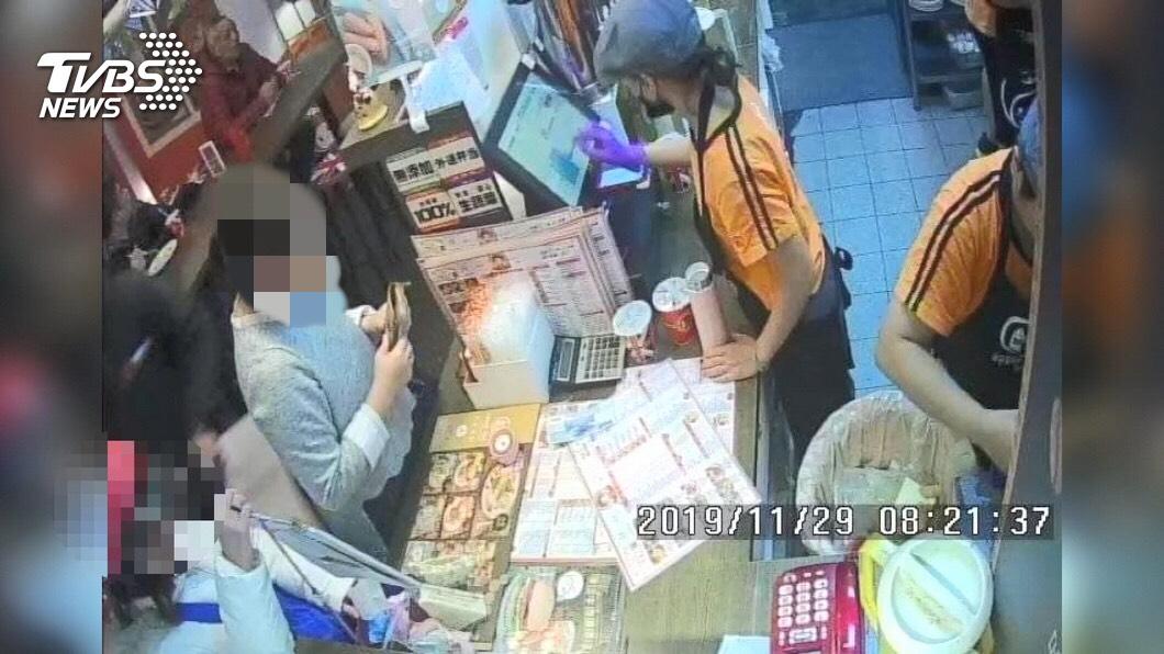圖/TVBS 女顧客買早餐伸賊手 趁亂偷摸走店員手機