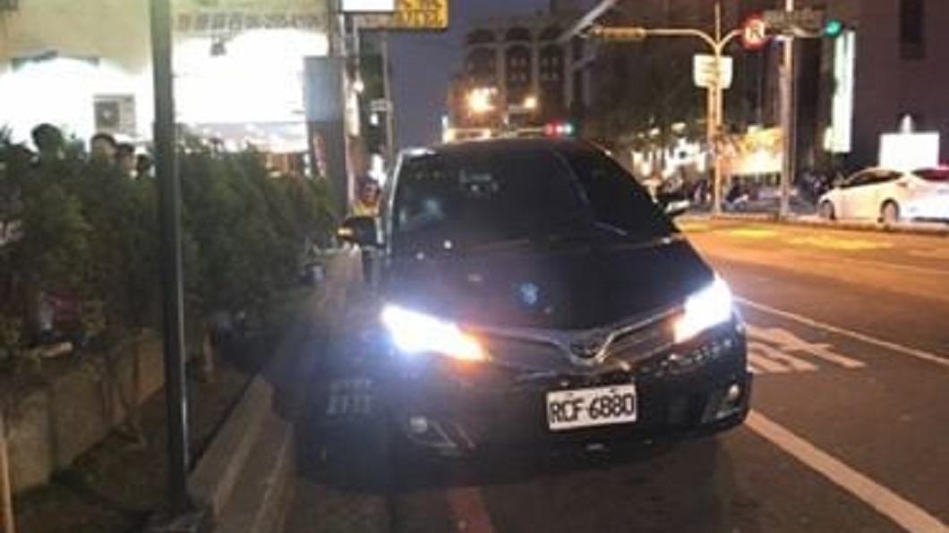 台南市長黃偉哲的座車遭人檢舉違停在紅線上。(圖/翻攝自臉書大台南交通違規臉書粉絲團) 黃偉哲座車違停紅線被檢舉 警回「停一下沒關係」