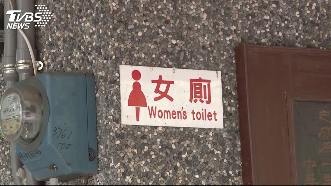 爸爸能否帶著女兒去上女廁,這問題引發正反兩極看法。(圖/TVBS) 父帶2幼女進女廁…母在外面滑手機 女目睹超傻眼