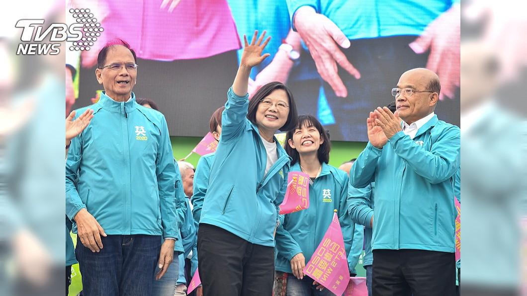 圖/中央社 被總統稱讚用生命來拚 蘇貞昌跟女兒都哭了