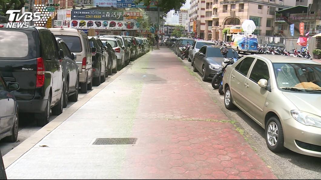 對於許多剛拿到駕照的人來說,路邊停車是一件很困擾的事情。(示意圖/TVBS) 幫指揮停車 女「油門當煞車」把男友人撞飛斷腿