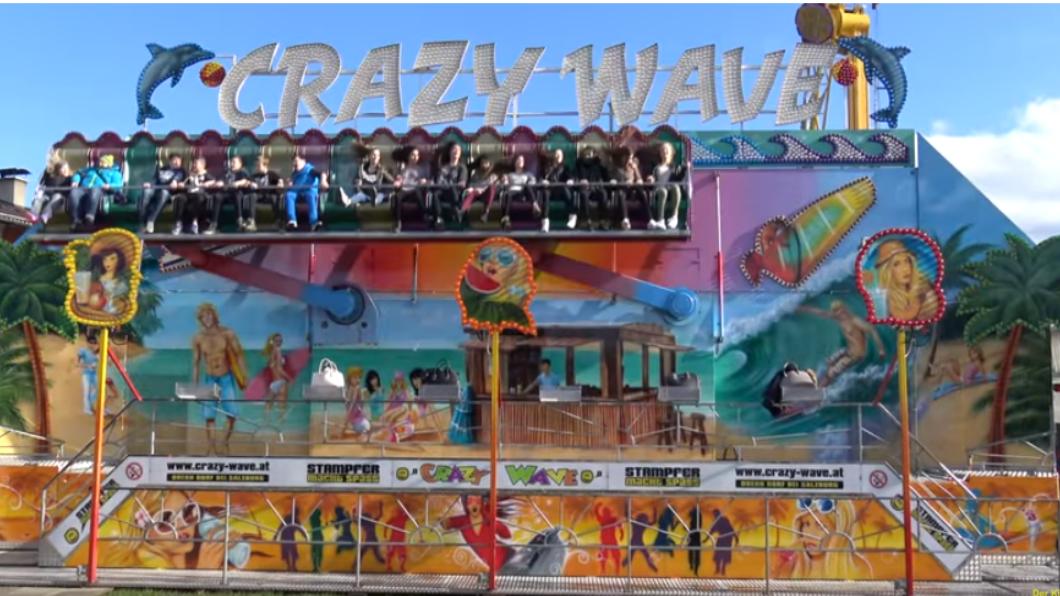 遊樂設施瘋狂波浪發生意外。圖/翻攝自YouTube 遊樂設施保險桿「半空彈開」 6名乘客慘遭甩飛!