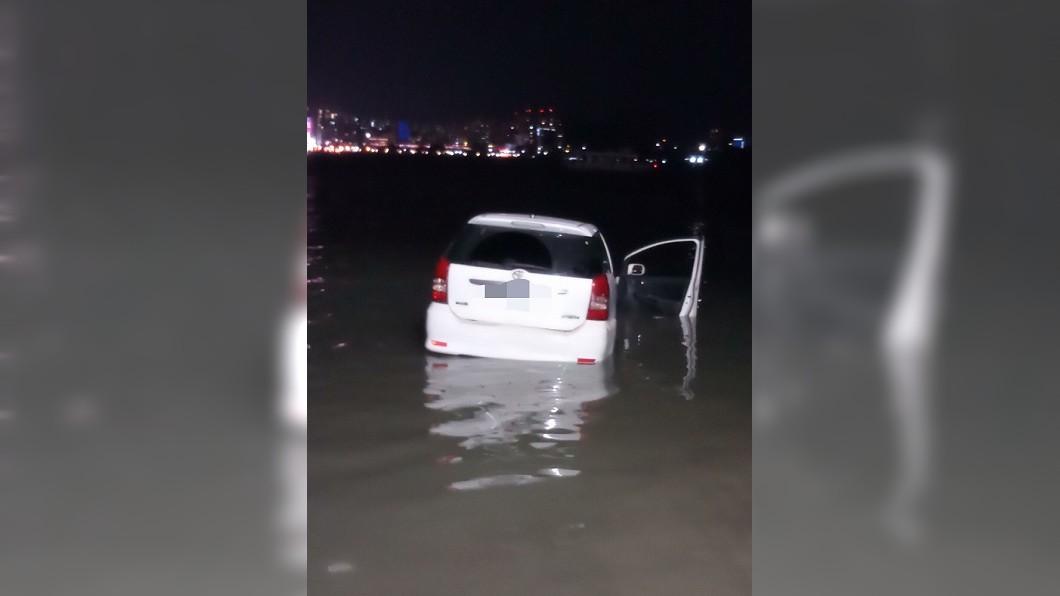 圖/TVBS 快訊/母子吵架!兒怒開車衝河 受困爛泥中