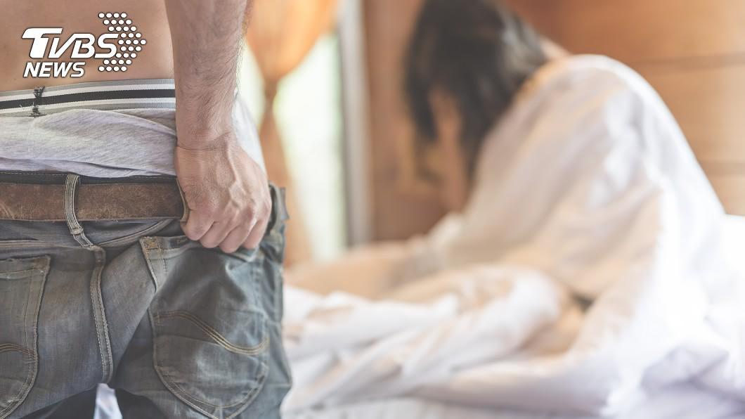 新竹1名男子上網結識女網友開房間,事後卻趁機偷走對方財物還恫嚇威脅偷拍不雅影片。(示意圖/TVBS) 男裝純情騙4女 出獄獵豔誘渴愛女獻身偷拍竊財物