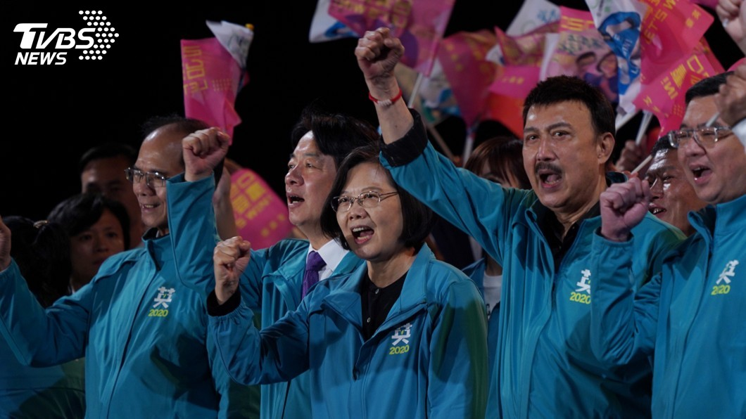 圖/中央社 李旻蔚掛同框蔡總統看板 余天:小英是挺我的
