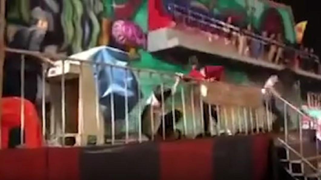 圖/翻攝自Viral Press YouTube 安全桿鬆脫6乘客拋飛! 泰國遊樂設施釀意外