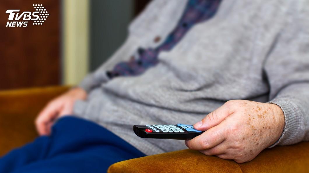 示意圖/TVBS 8成老人愛看電視 醫籲每30分鐘起身走走