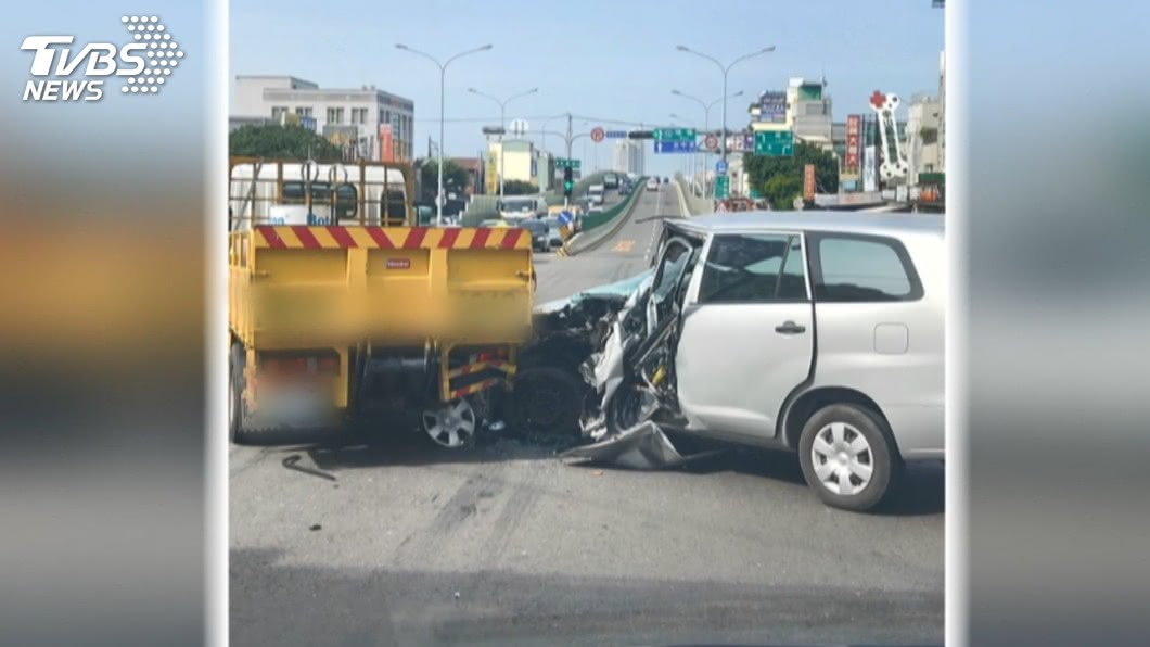 待轉被撞! 業務員疑恍神開車追撞貨車