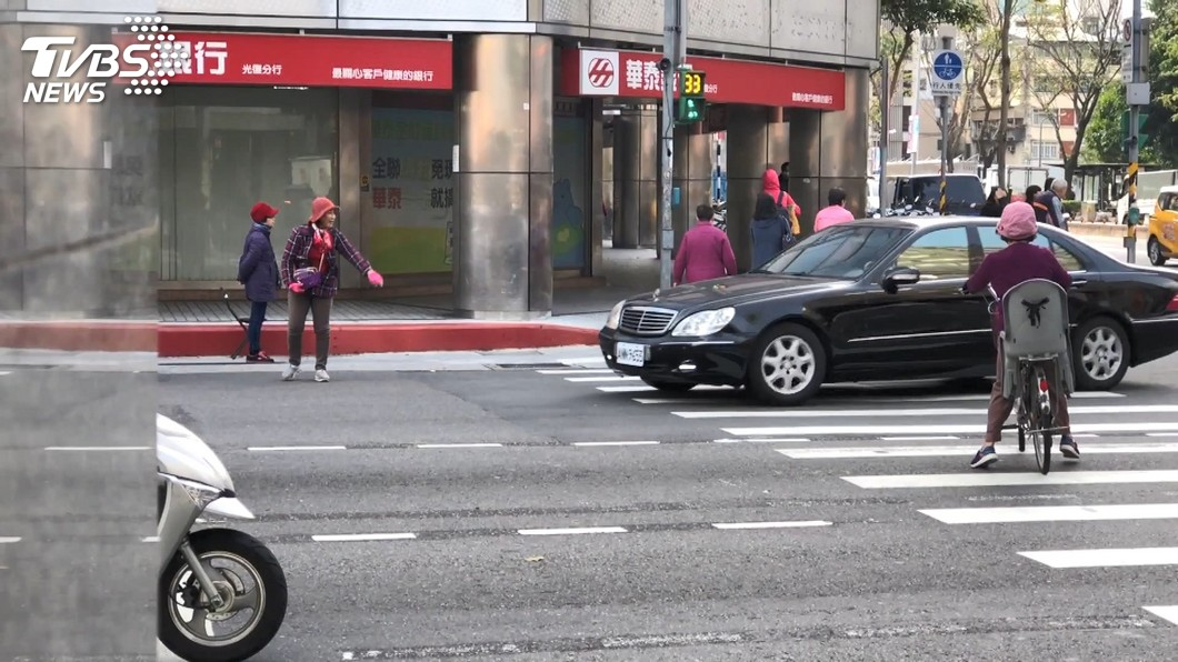 險!揮手攔車、追車 「路中央」拉強制險、驗車