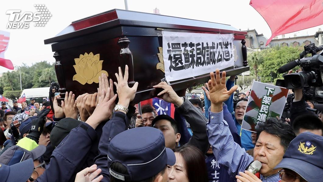 質疑假消息害蘇啓誠輕生 國民黨外交部抬棺抗議