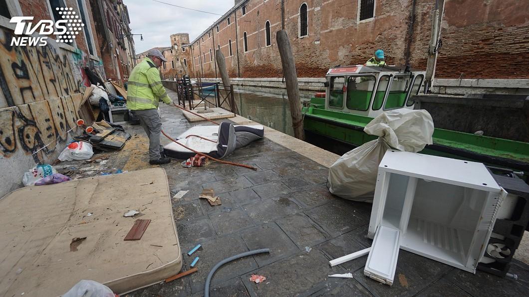 威尼斯水患過後 潛水員清出廢輪胎、瓦斯罐
