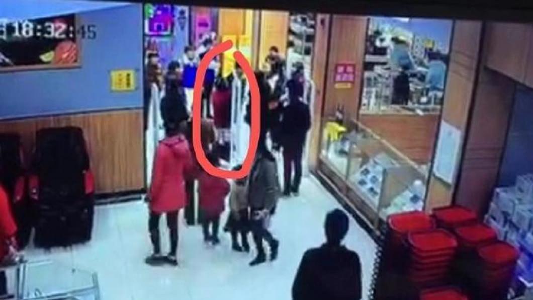 浙江1名女子被誤認偷東西,當眾氣得脫褲子證明自身清白。(圖/翻攝自錢江晚報) 步出超市警報器響 女遭保全攔「當眾脫褲」怒證清白
