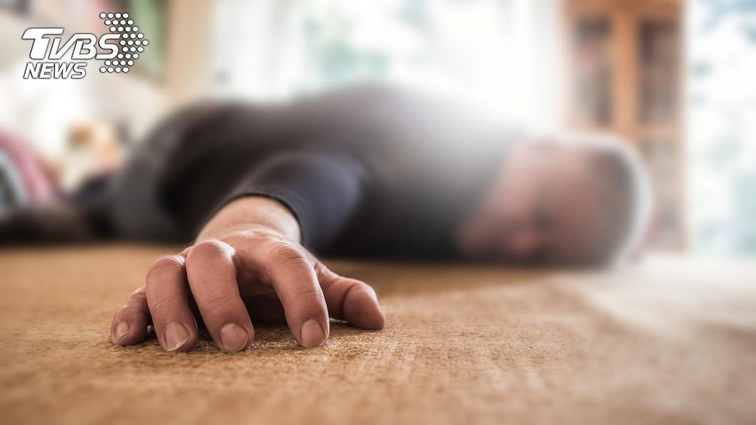 示意圖/TVBS 壯年暖警不菸酒 當愛妻面前趴桌猝死